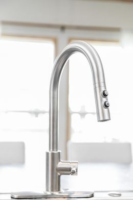 The EVEREST Features Pfister metal faucet with pull out sprayer. This Manufactured Mobile Home features 4 bedrooms and 2 baths.