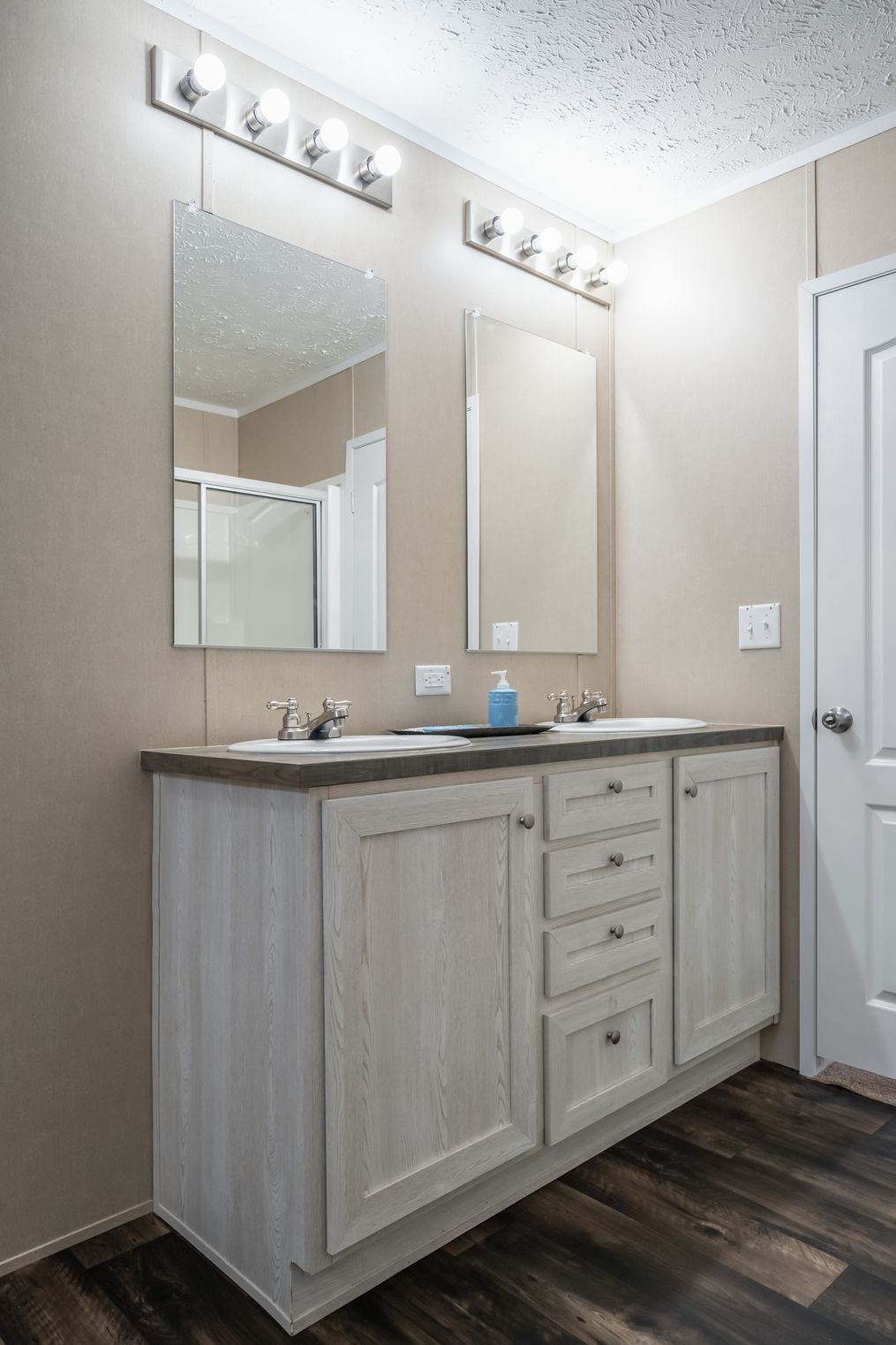 The ULTRA PRO 76 Master Bathroom. This Manufactured Mobile Home features 4 bedrooms and 2 baths.